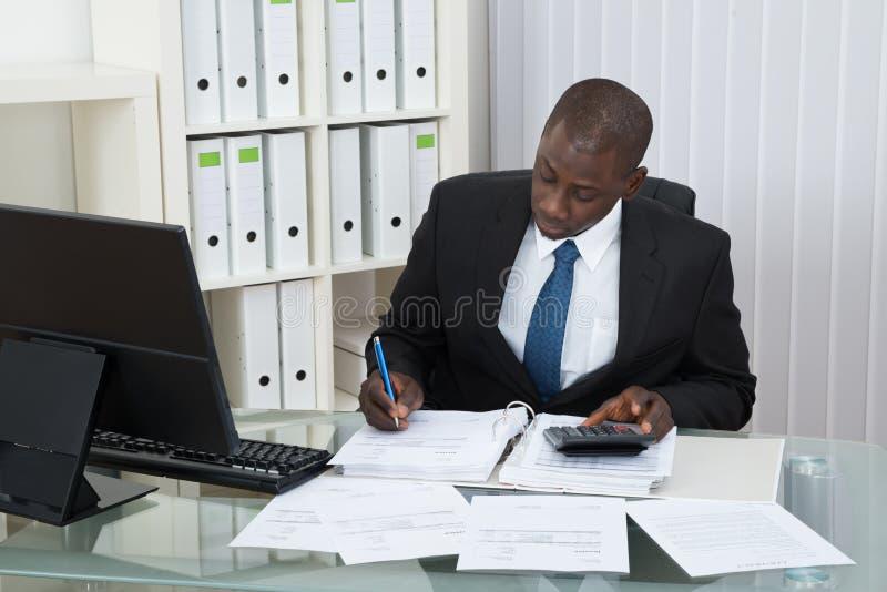 商人计算的金融票据 免版税库存照片
