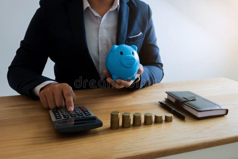 商人计算费用每天保留金钱 r 免版税库存照片