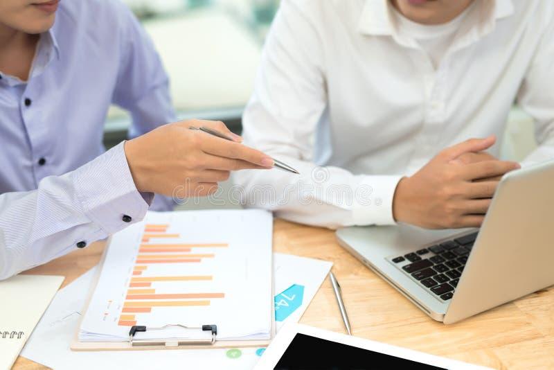 商人计算预算数字,发货票和财政 免版税库存照片