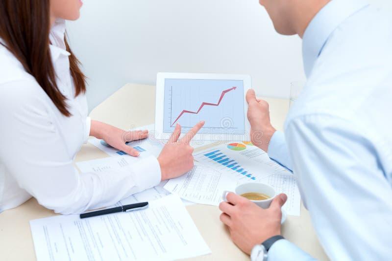 商人讨论关于成功销售额 免版税库存照片