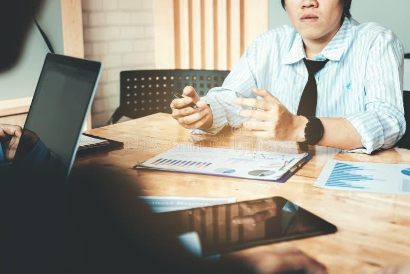 商人讨论和辩论分析概略r队  免版税库存照片