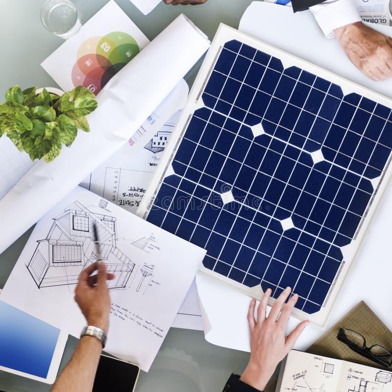 商人讨论太阳能能量概念 库存图片