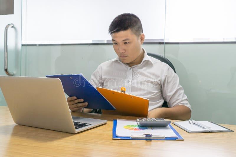 商人读的财政报告在办公室 库存照片