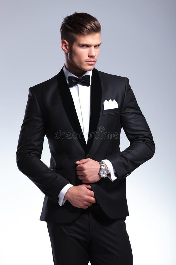 商人调整他的晚礼服 免版税库存图片