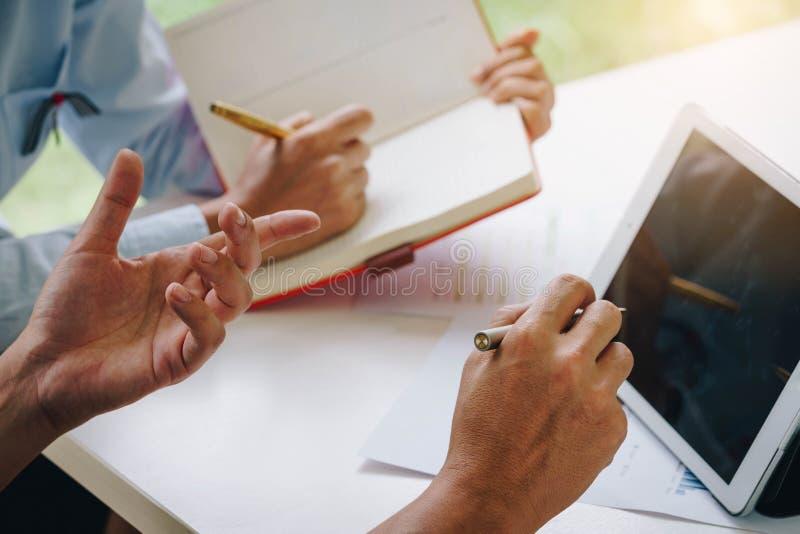 商人谈论一个财政计划与财政文件g 免版税库存图片