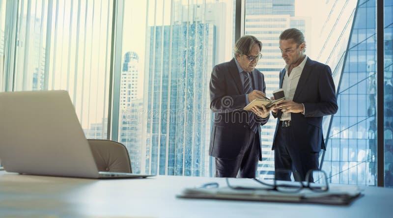 商人谈论在办公室 库存照片