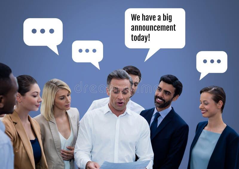 商人谈论大公告在会议上 免版税库存图片