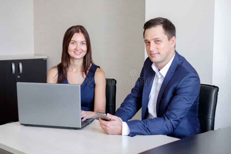 商人谈论想法在会议上使用膝上型计算机在办公室 免版税图库摄影
