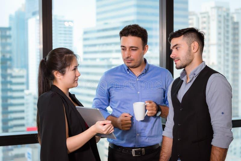 商人谈论某事关于他们的项目,并且解决问题在工作区办公室,专业经理是 免版税库存照片