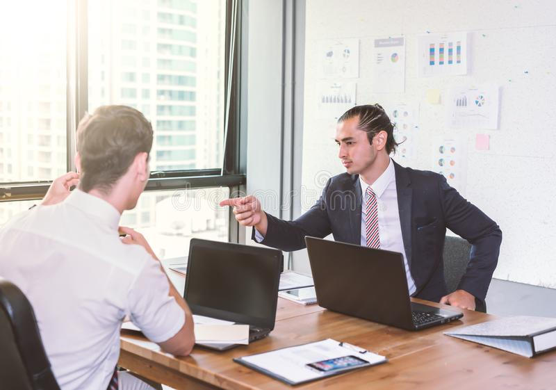 商人谈论项目在会议上 3d企业尺寸介绍回报形状三 免版税图库摄影