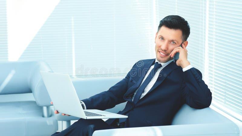 商人谈话与伙伴通过电话和谈论信息 免版税库存照片