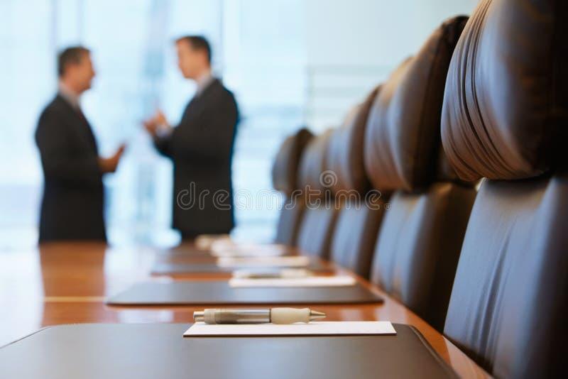 商人谈话在会议室 免版税库存照片