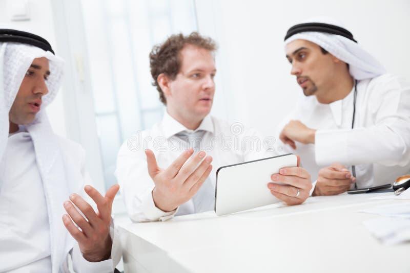 商人谈话在会议 免版税库存图片