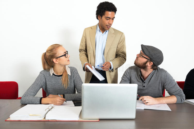 商人谈话在办公室 免版税库存照片