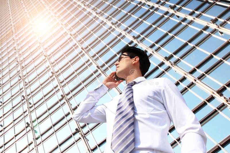 商人谈话在巧妙的电话 图库摄影