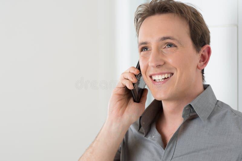 商人谈话在手机 免版税库存图片