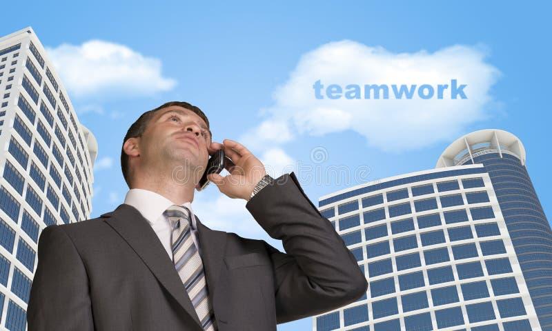 商人谈话在电话 与词的云彩 库存图片