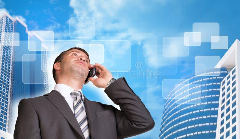 商人谈话在电话 摩天大楼和 库存照片