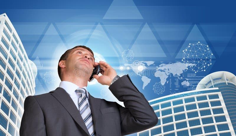 商人谈话在电话 摩天大楼,天空 免版税图库摄影