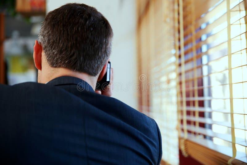 商人谈话在电话 免版税库存图片
