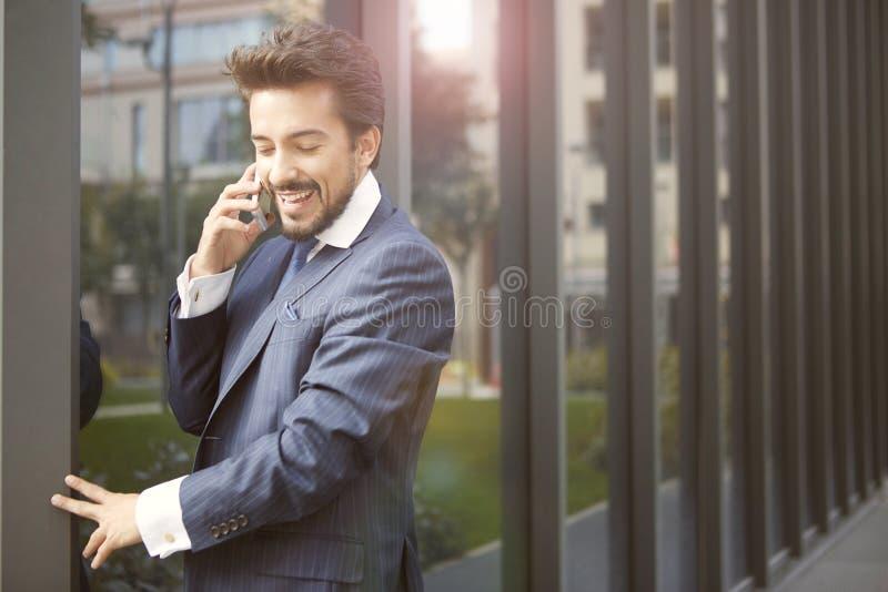 商人谈话在电话 免版税图库摄影