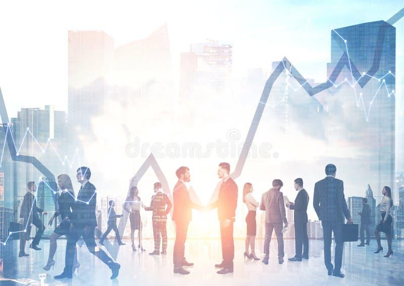 商人谈话在都市风景和图表 免版税库存图片