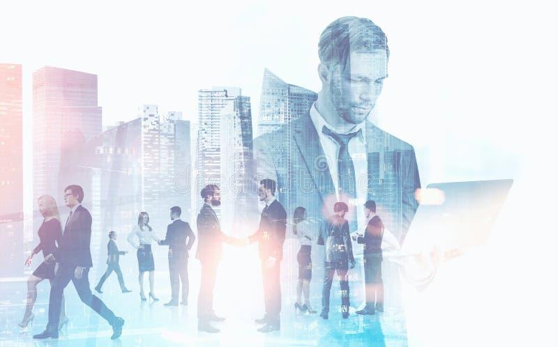 商人谈话在都市风景背景 免版税库存照片