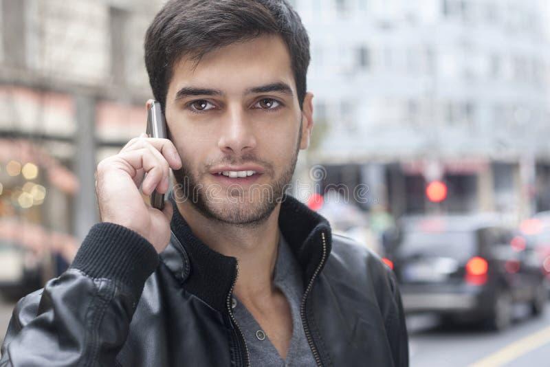 商人谈话在他的手机 免版税库存图片