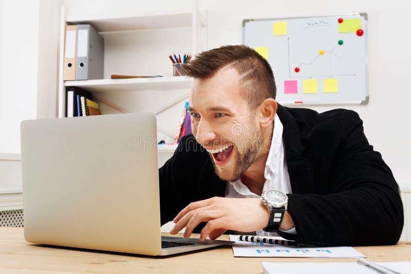 年轻商人赌博和赌博在办公室 免版税库存图片