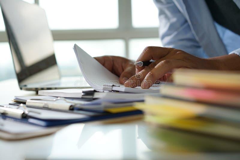 商人运作的读书提供图表财政对工作suc 图库摄影