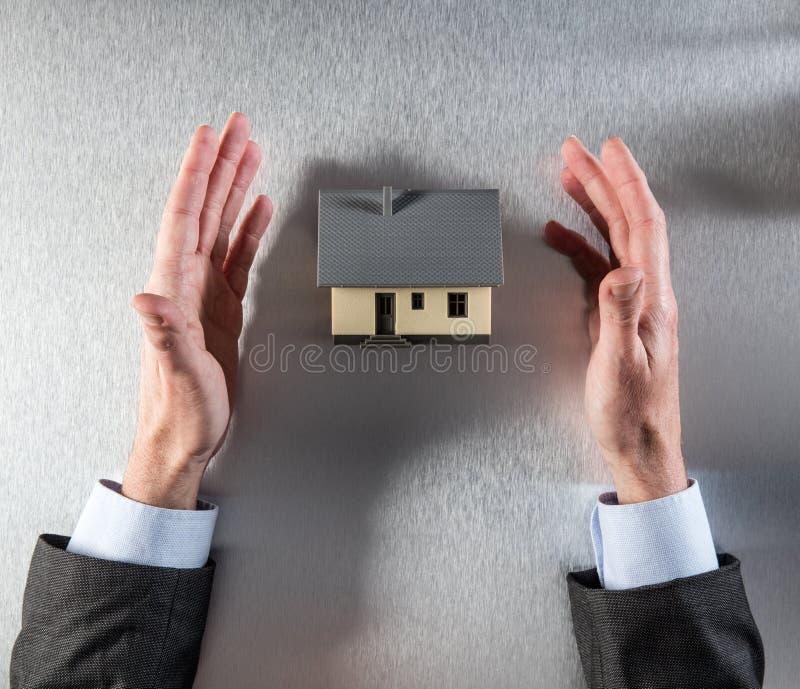 商人递显示房子在看法上买, 图库摄影