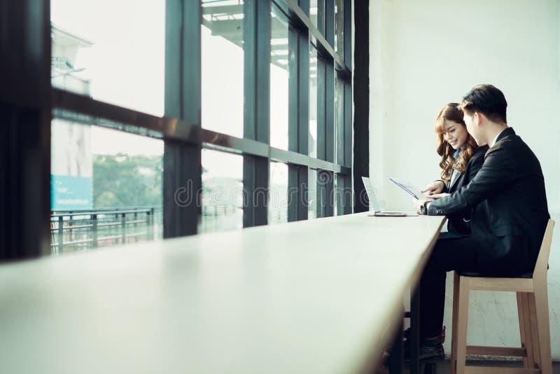 商人遇见激发灵感和一起谈论项目在办公室,配合概念 免版税库存图片