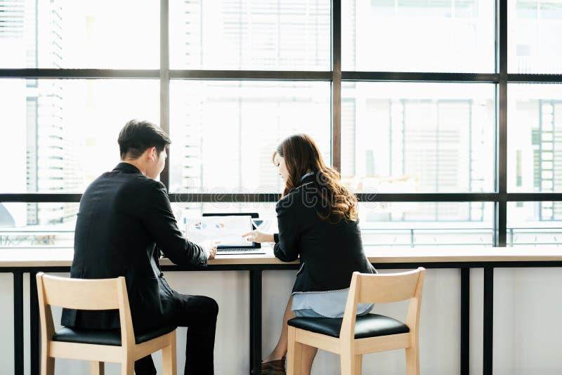 商人遇见激发灵感和一起谈论项目在办公室,配合概念 免版税库存照片