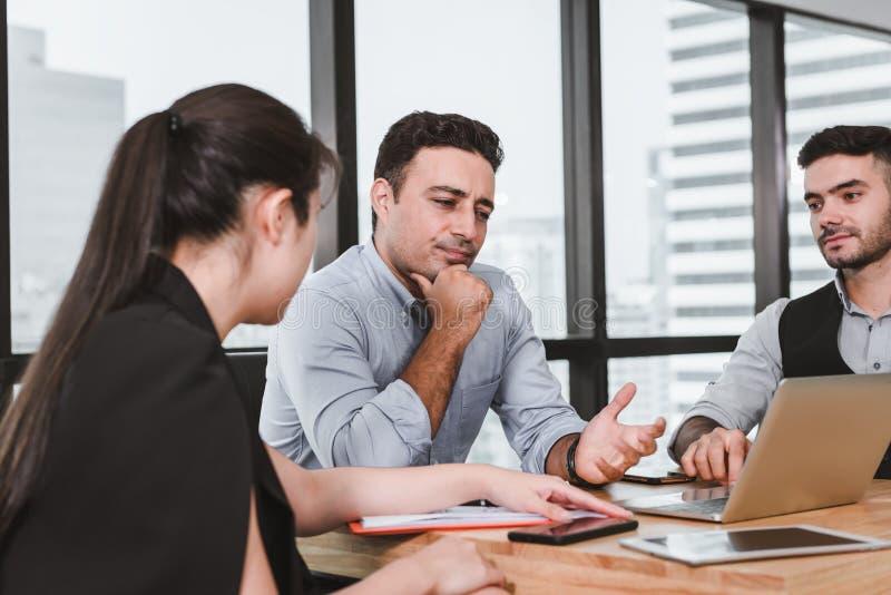 商人遇见谈论关于他们的项目,并且解决问题在会议室,专业经理是 库存照片