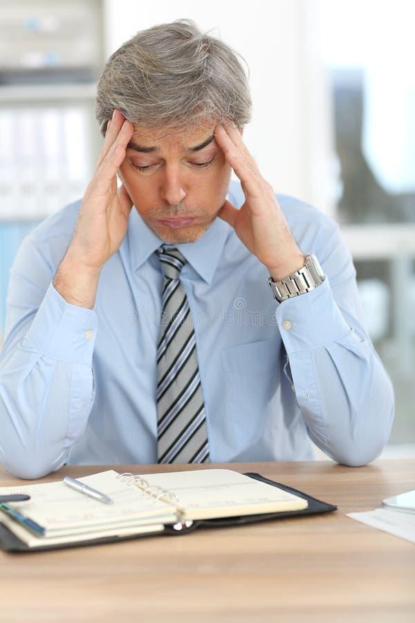 商人遭受的头疼 免版税图库摄影