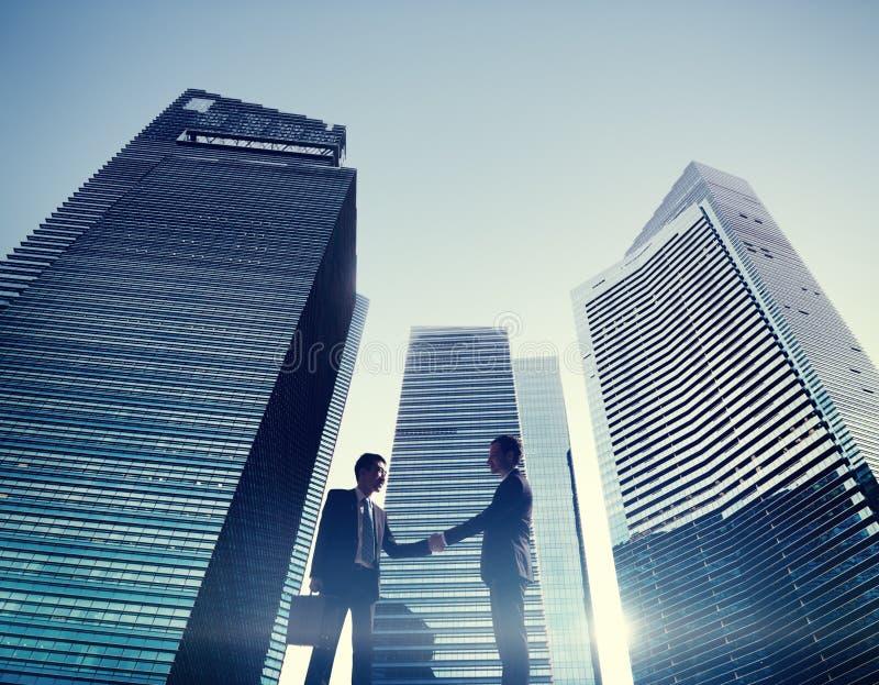 商人都市风景握手合作概念 免版税库存图片