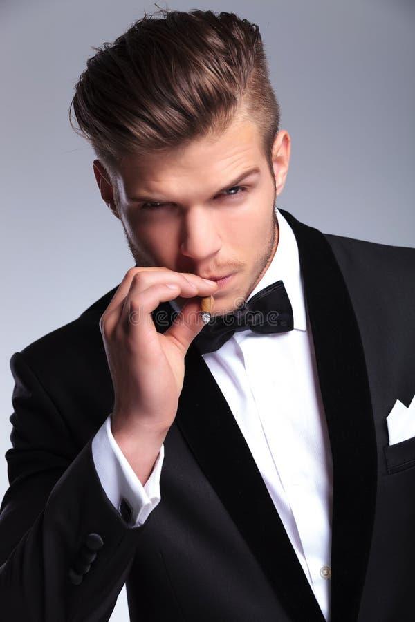 商人采取从雪茄的一抽烟 库存照片