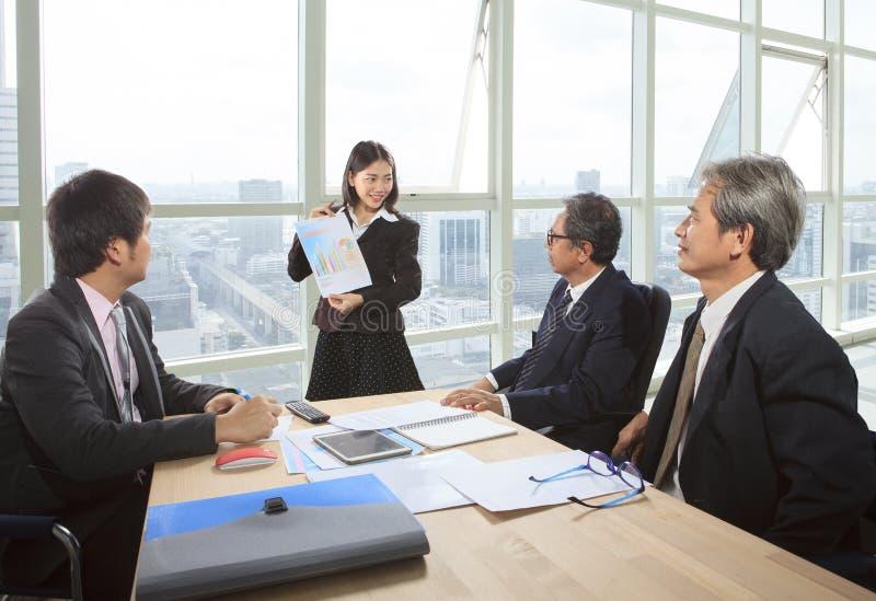 商人队在运作的办公室射出会议报告 免版税库存照片