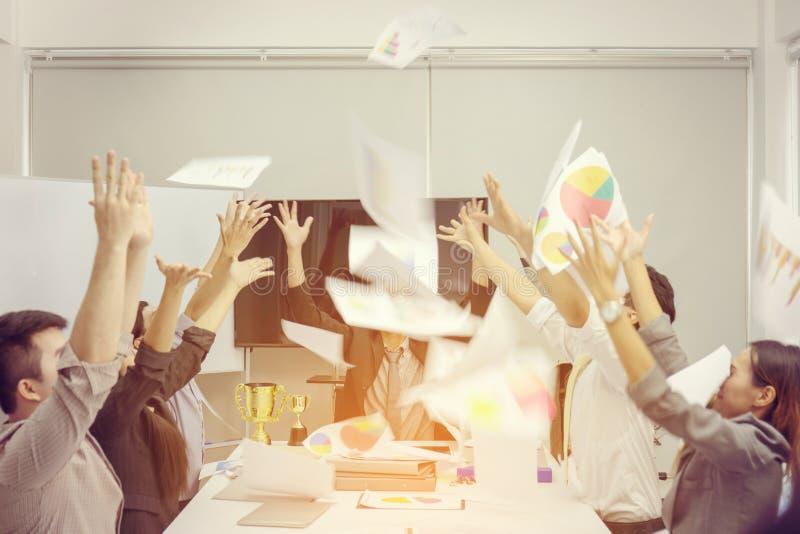 商人队庆祝他们的成功并且投掷板料 免版税库存图片