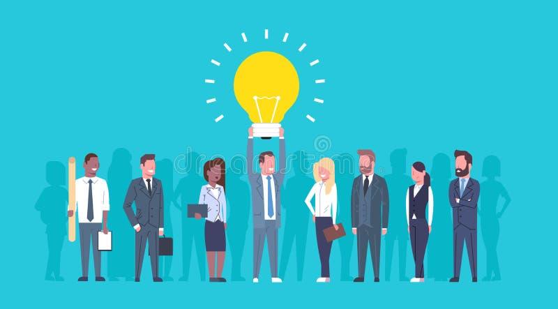 商人队拿着电灯泡新的创造性的想法概念小组成功的买卖人的起始 向量例证