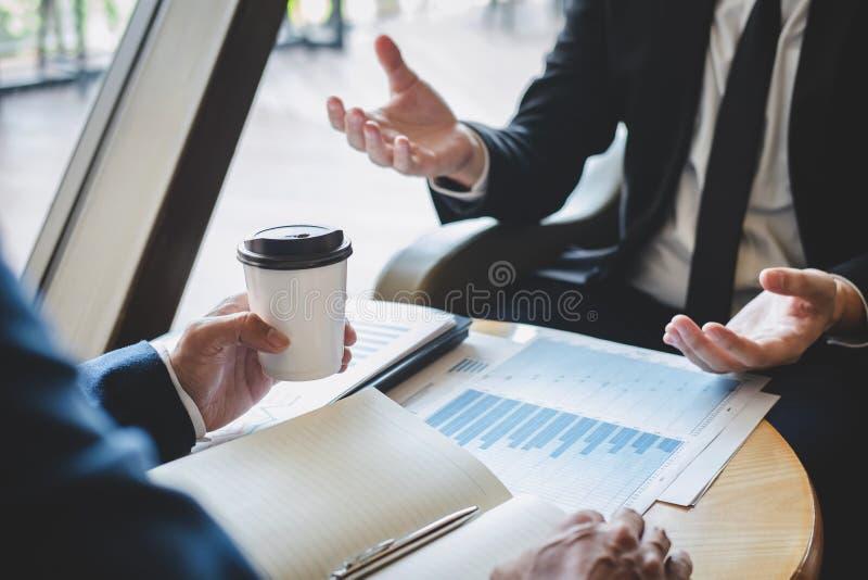 商人队谈论和分析在见面对事务计划的投资方案工作和介绍战略  库存照片