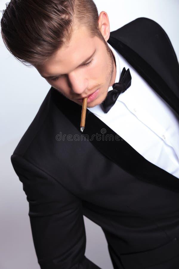 商人顶视图有香烟的在嘴 免版税库存图片