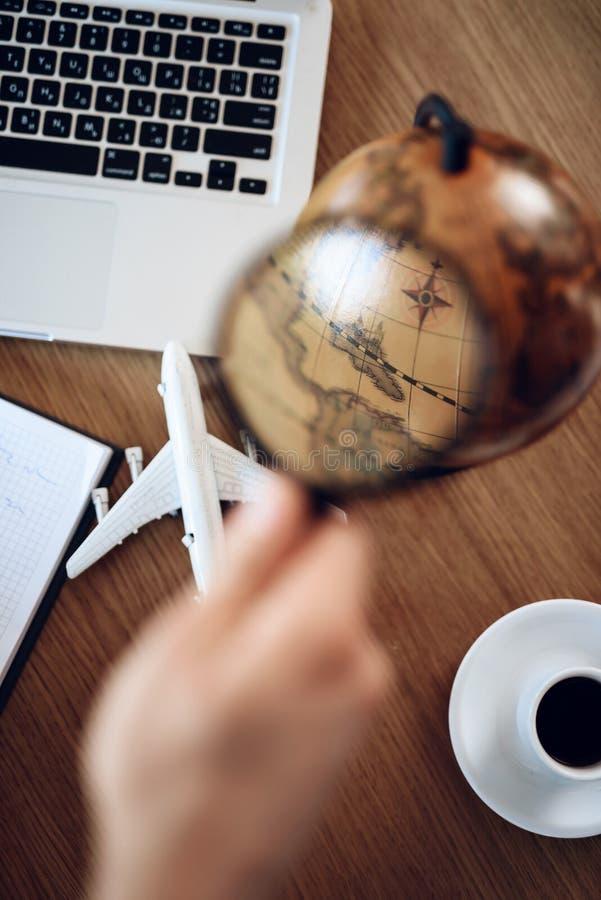 商人顶视图桌与膝上型计算机、咖啡和地球的 免版税库存照片