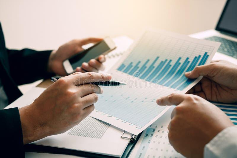 商人顶视图谈论与有企业家的同事在办公室屋子里计划财务 库存图片