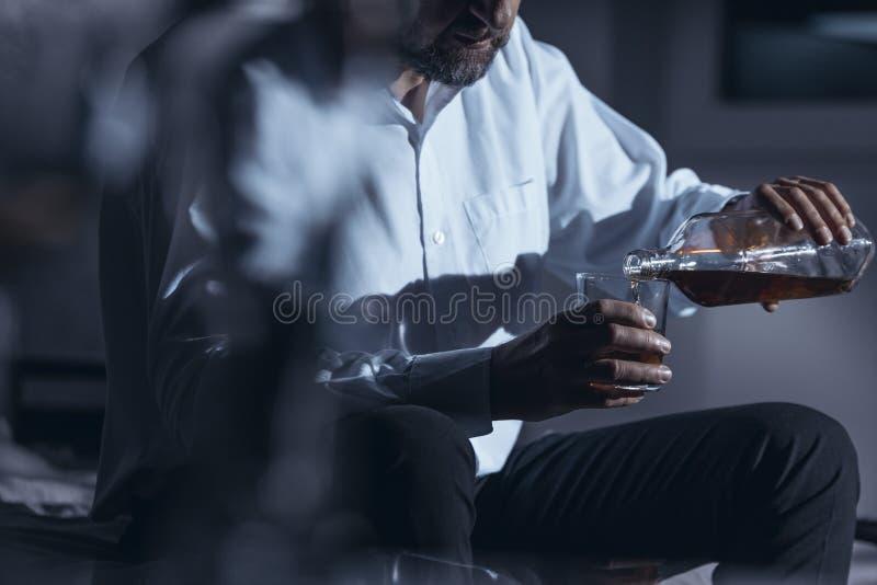 商人饮用的酒精特写镜头  免版税库存图片