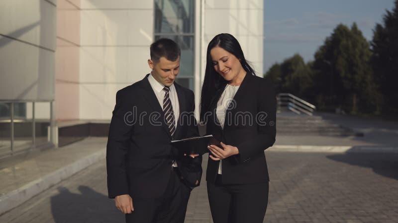 商人,当工作在办公楼附近时 库存图片