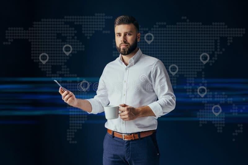 商人,穿戴在白色衬衣身分,使用智能手机和藏品咖啡 真正银行业务,网上营销 图库摄影