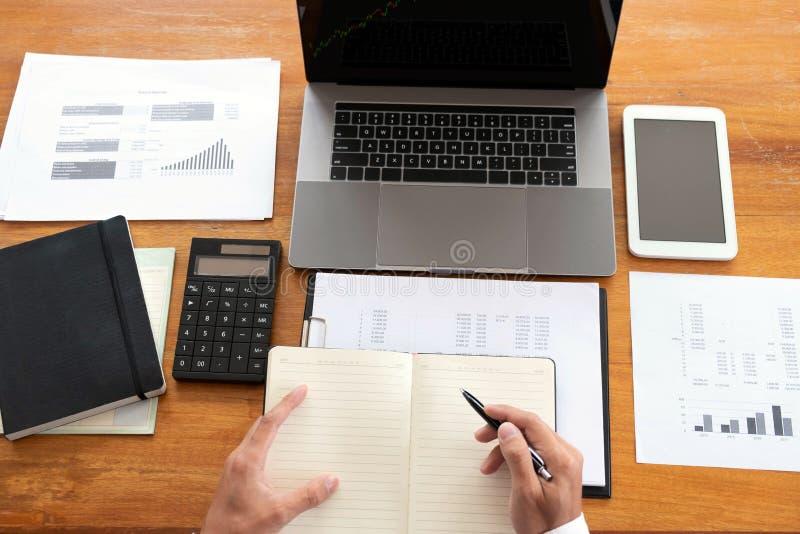 商人,财务,认为的工作,支票账户,使用计算器和发现信息 库存图片