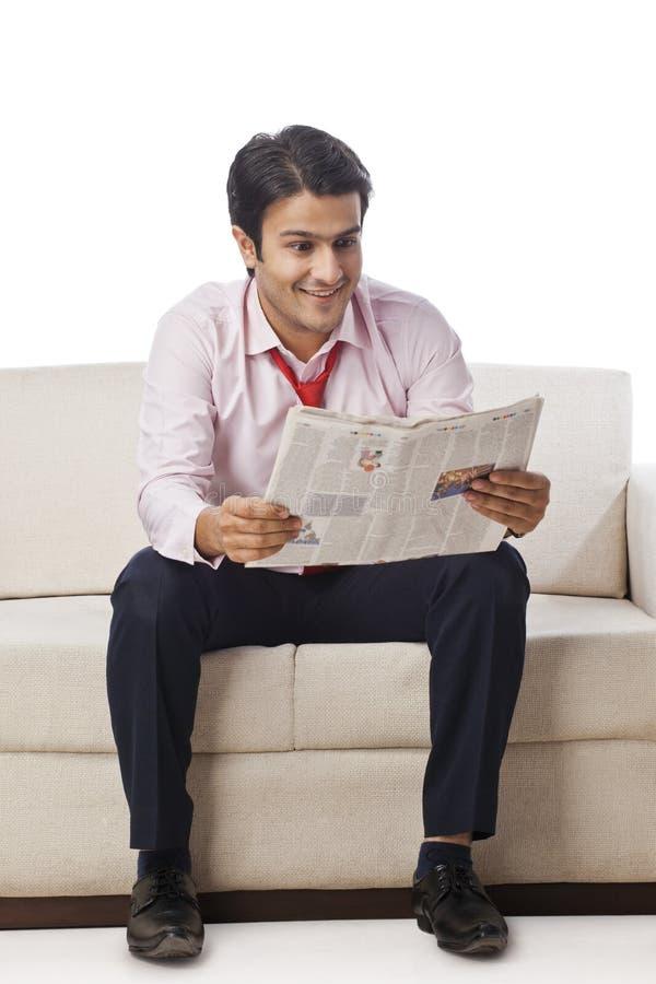 商人读书报纸 免版税库存照片