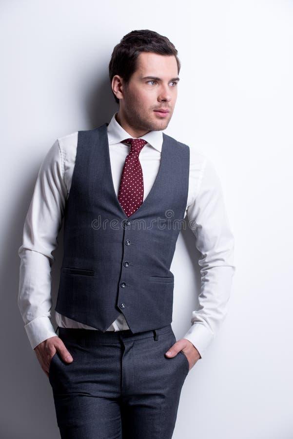 年轻商人画象在灰色衣服的。 库存照片